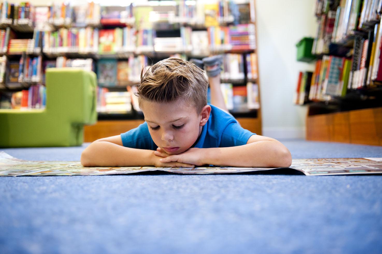 jongen-leest-boek